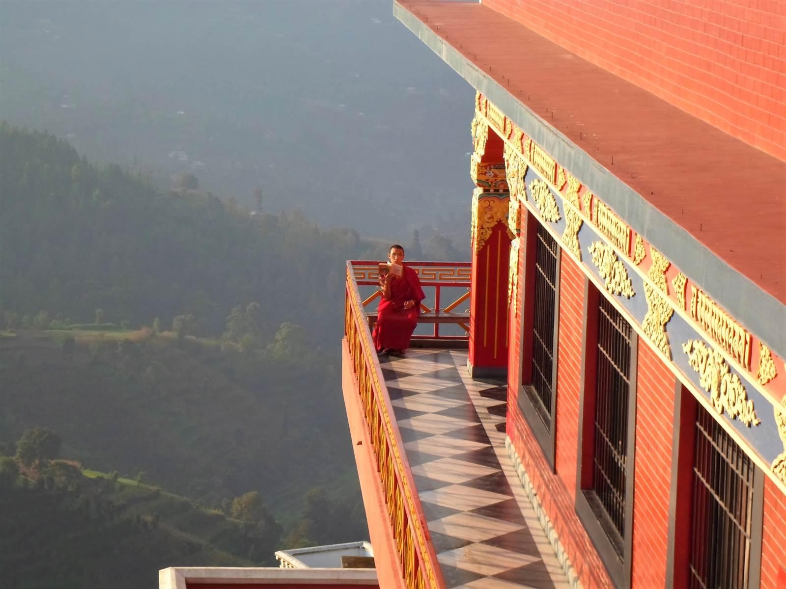mnich w Nepalu podczas modlitwy