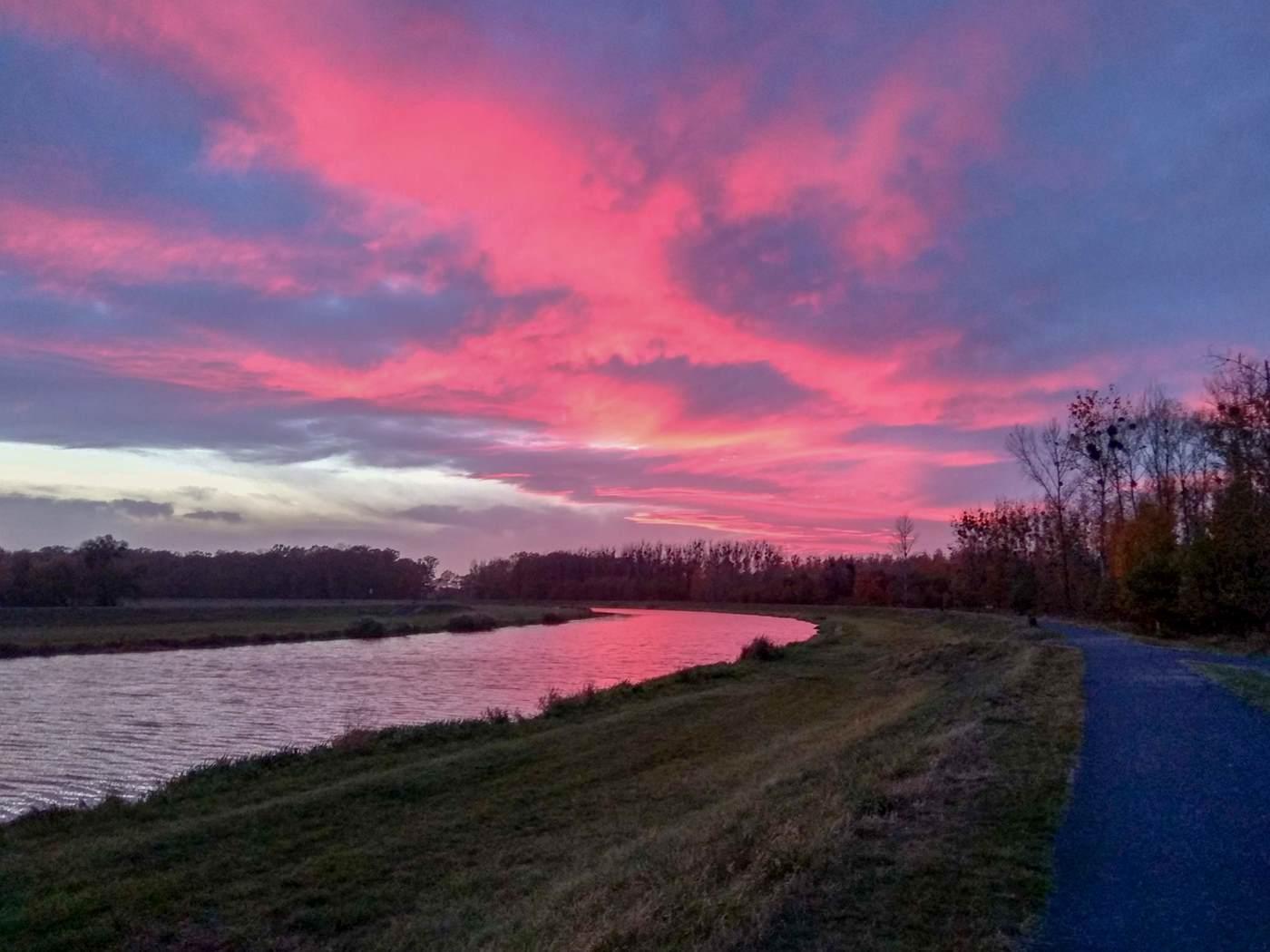 rzeka o zachodzie słońca